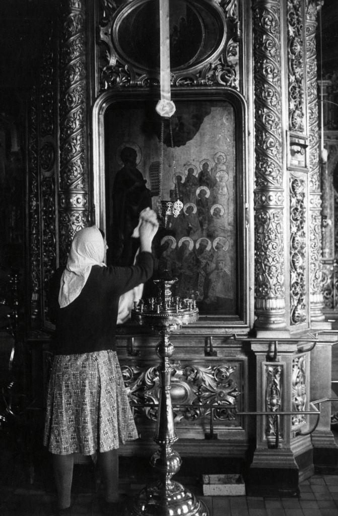 Женщина, чистящая икону в Богоявленском соборе