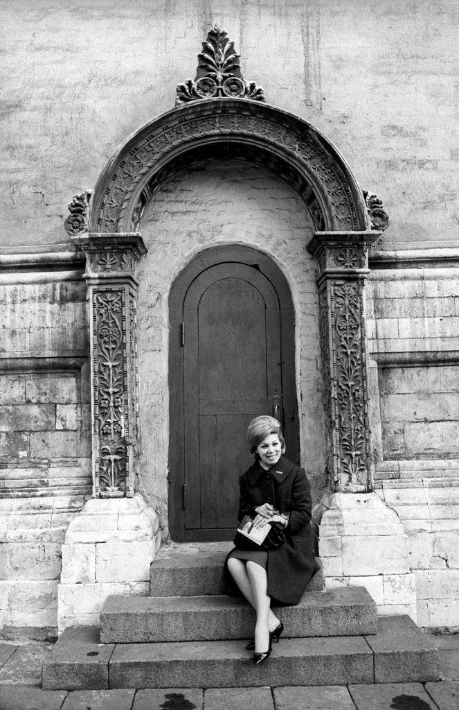 Мирелла Френи сидит на крыльце