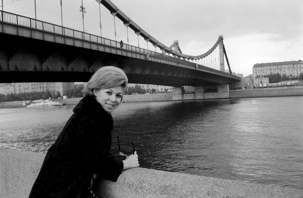 Мирелла Френи у Крымского моста
