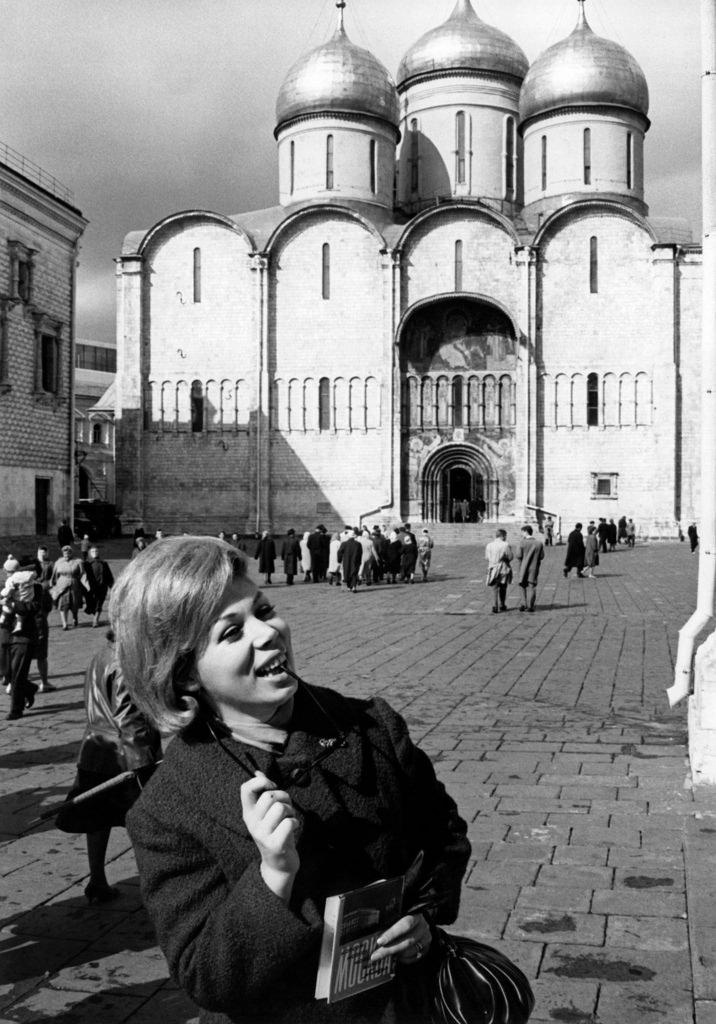 Мирелла Френи улыбается перед Успенским собором