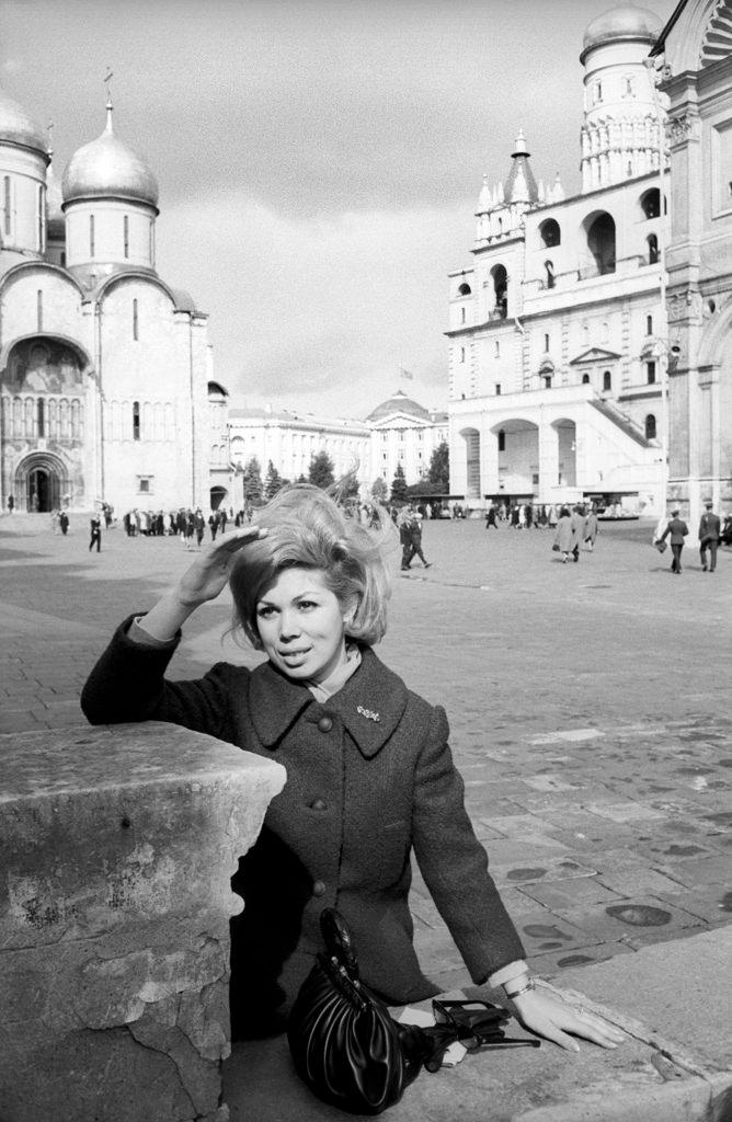 Мирелла Френи, итальянское сопрано, с интересом смотрит на москвичей