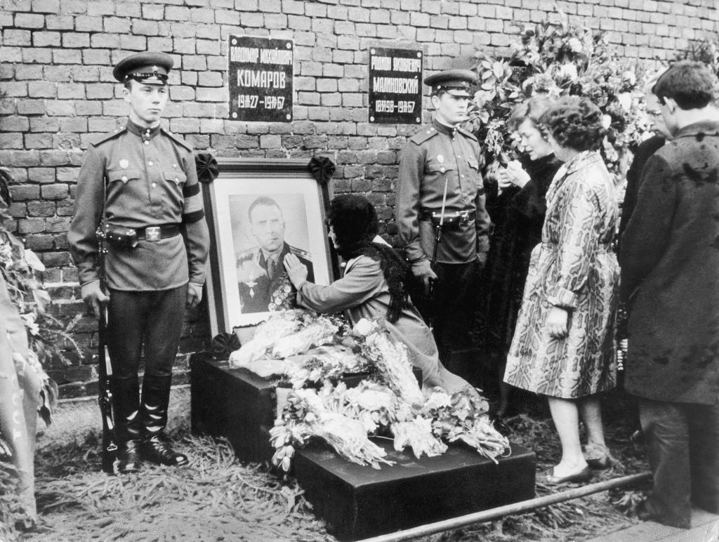 1967. Похороны Владимира Комарова, погибшего во время миссии «Союз-1». Его вдова Валентина Яковлевна у Кремлевской стены