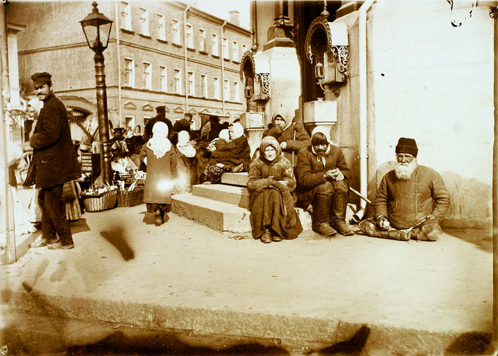 Нищие у подворья Валаамского монастыря. 1911