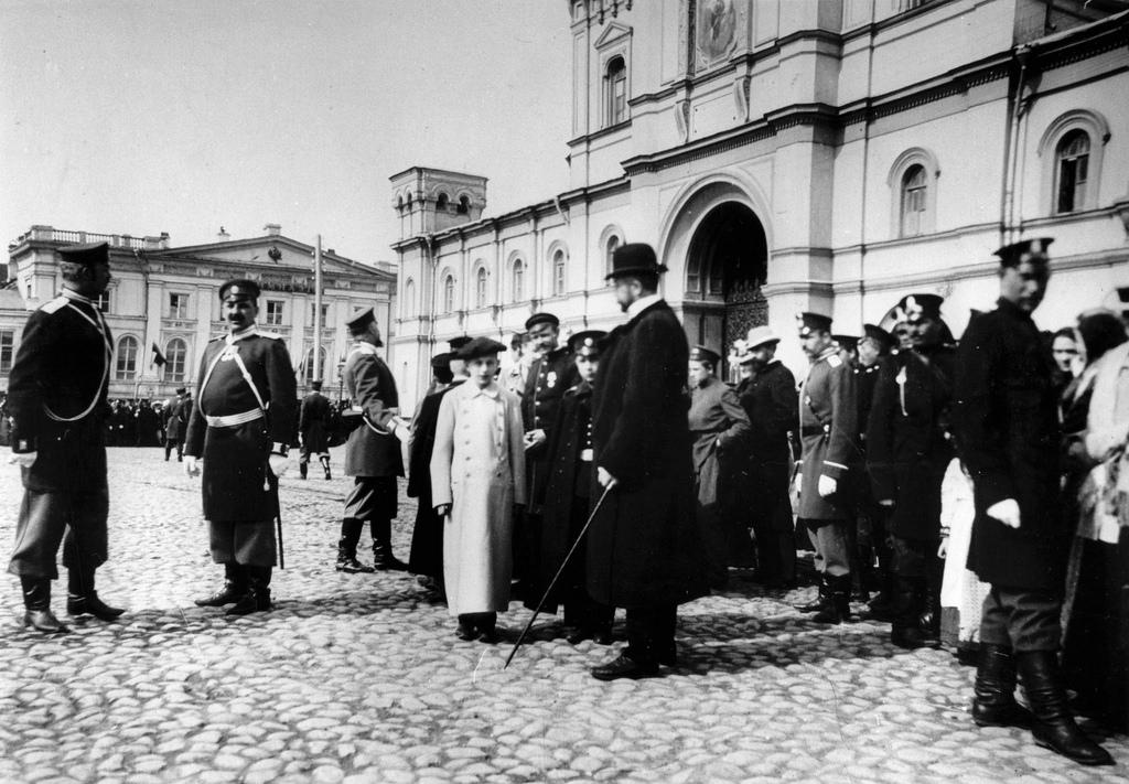 Общественность, ожидающая царя Николая II перед Страстным монастырем