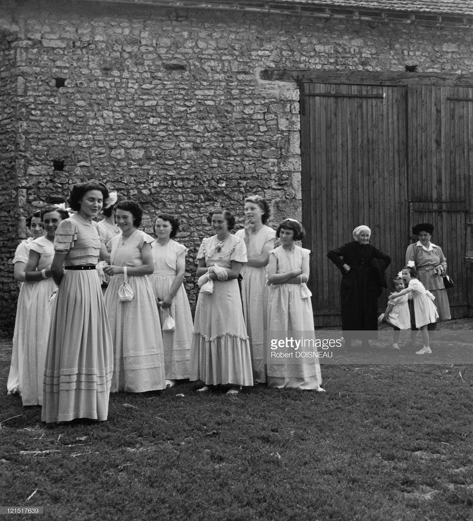 1945. Свадьба в провинции, подружки невесты во дворе фермы