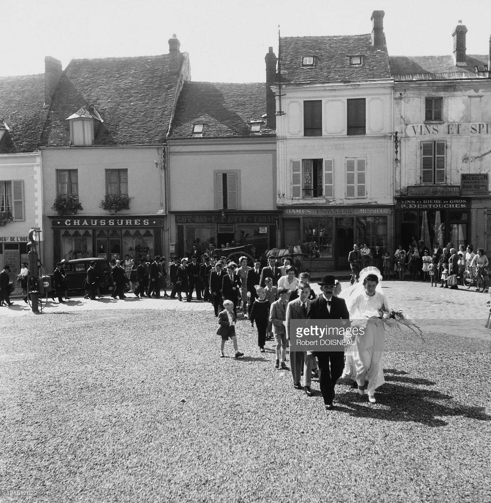 1945. Свадьба в провинции. Новобрачные на пути в церковь
