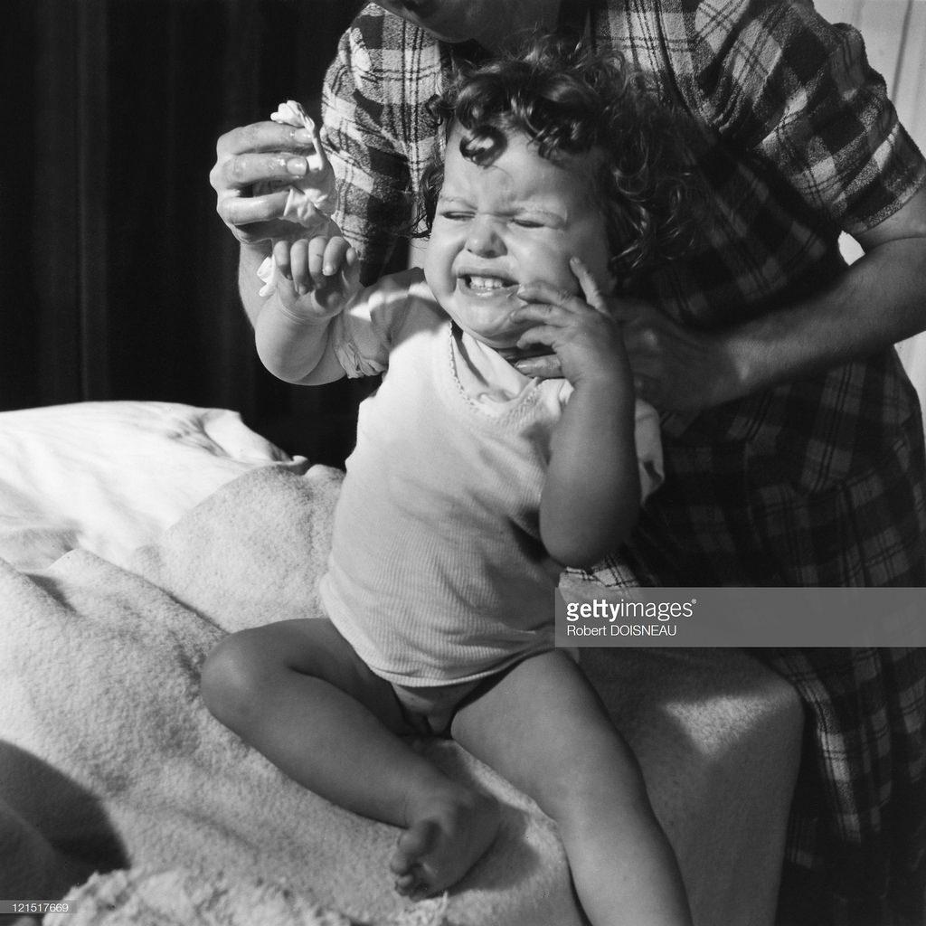 1947. Семейная жизнь. Маленькая девочка во время мытья