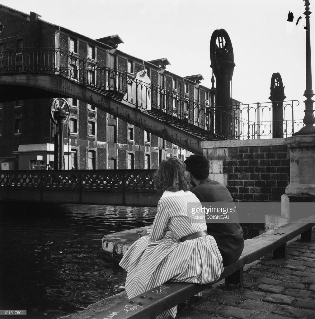 1959. Влюбленные смотрят на мост через Сену