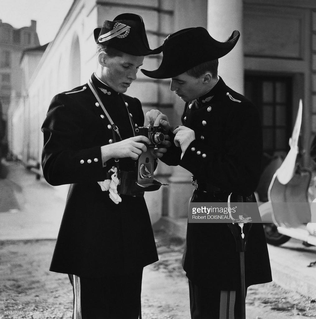 1961. Политехническая школа, два студента с фотоаппаратом, Париж