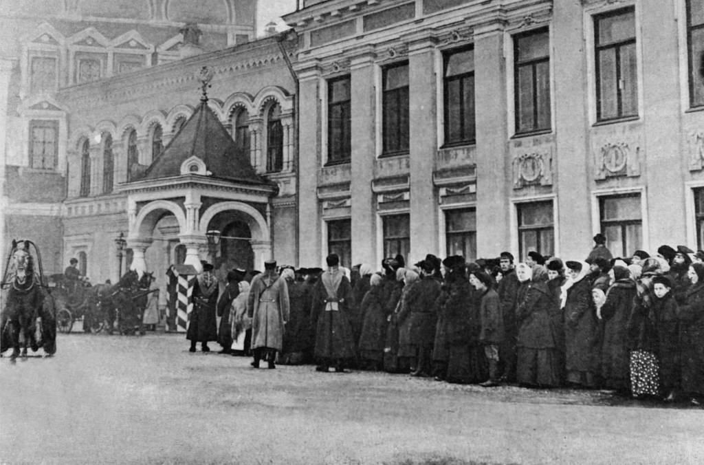 Похороны в Москве убитого великого князя Сергея.  Перед Чудовым монастырем люди ждут разрешения посетить часовню.  23 февраля