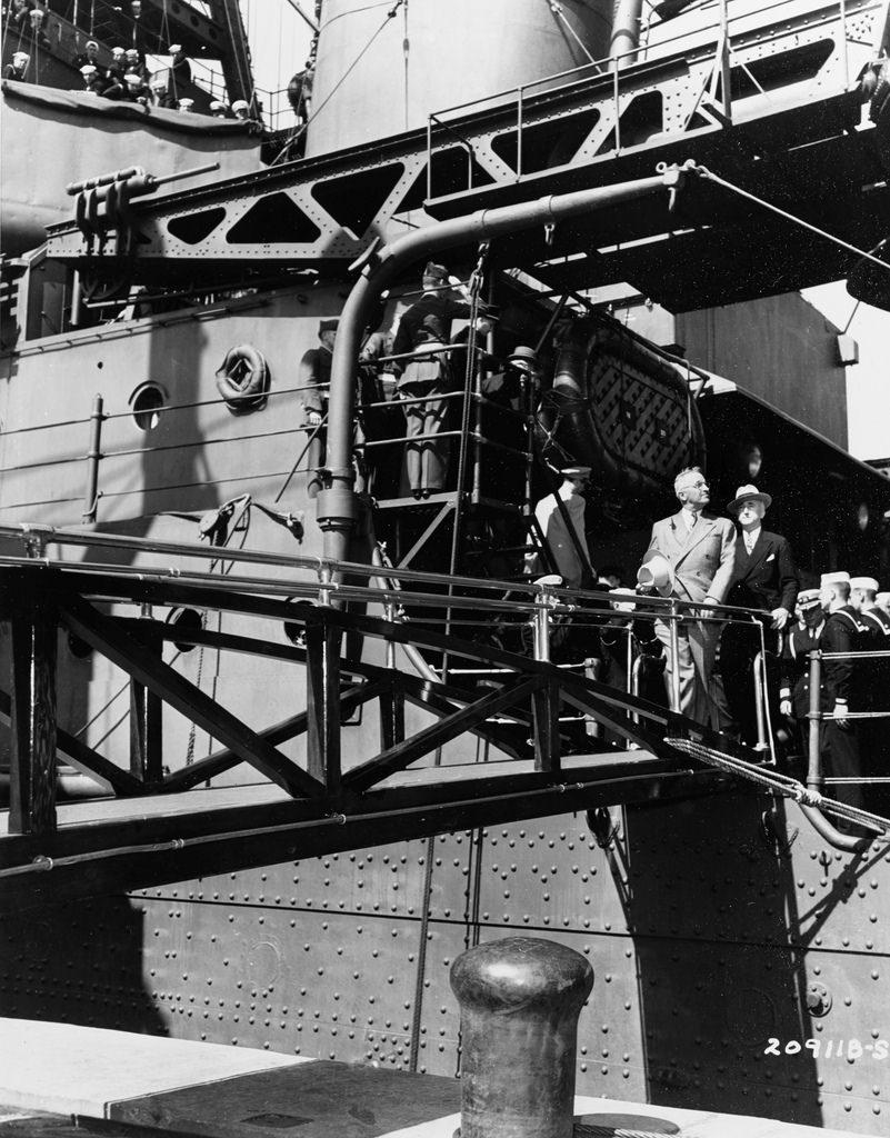 Президент США Г. Трумэн сходит с борта крейсера «Аугуста» в Антверпене 1