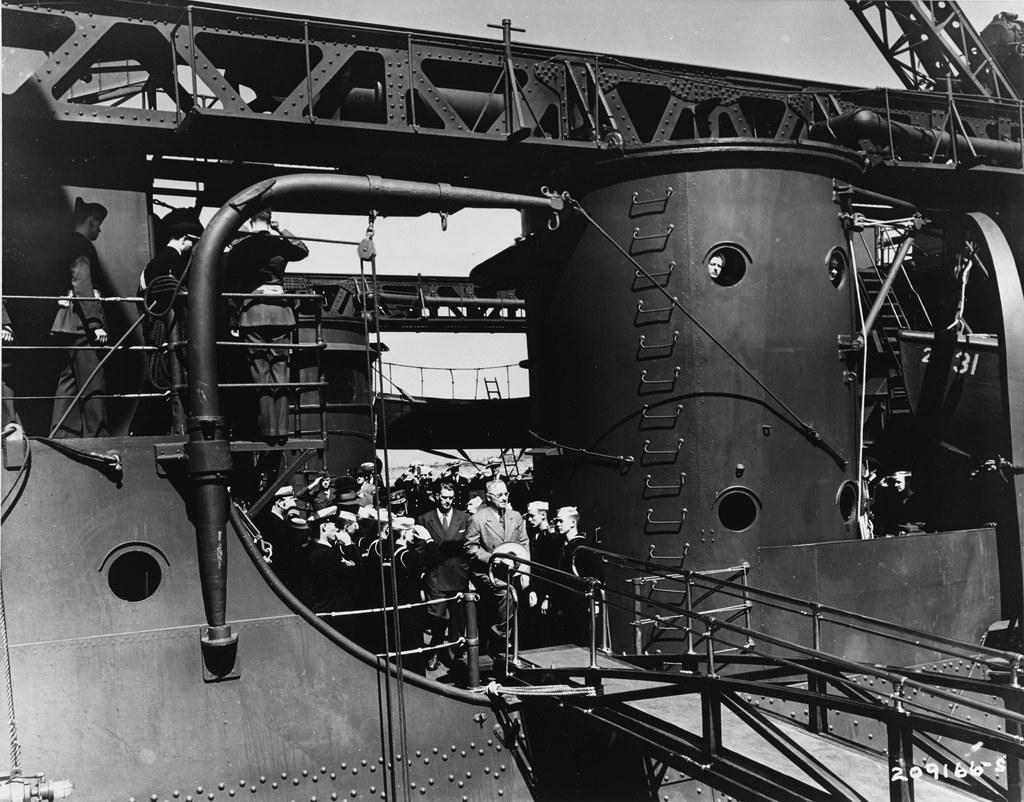 Президент США Г. Трумэн сходит с борта крейсера «Аугуста» в Антверпене