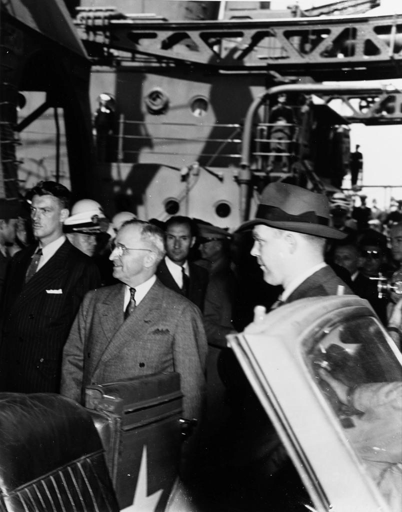 Президент США Г. Трумэн перед поездкой на аэродром вблизи Брюсселя в ходе следования на Потсдамскую конференцию