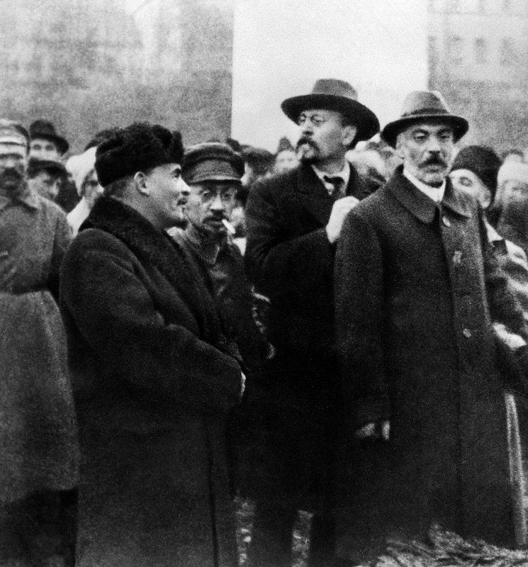 1918. 7 ноября. Ленин во время закладки фундамента для памятника Марксу-Энгельсу в Москве
