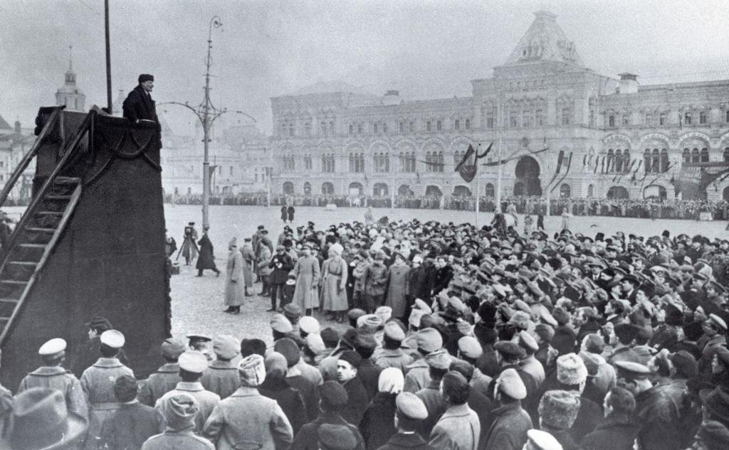 1918. 7 ноября. Ленин выступает на Красной площади