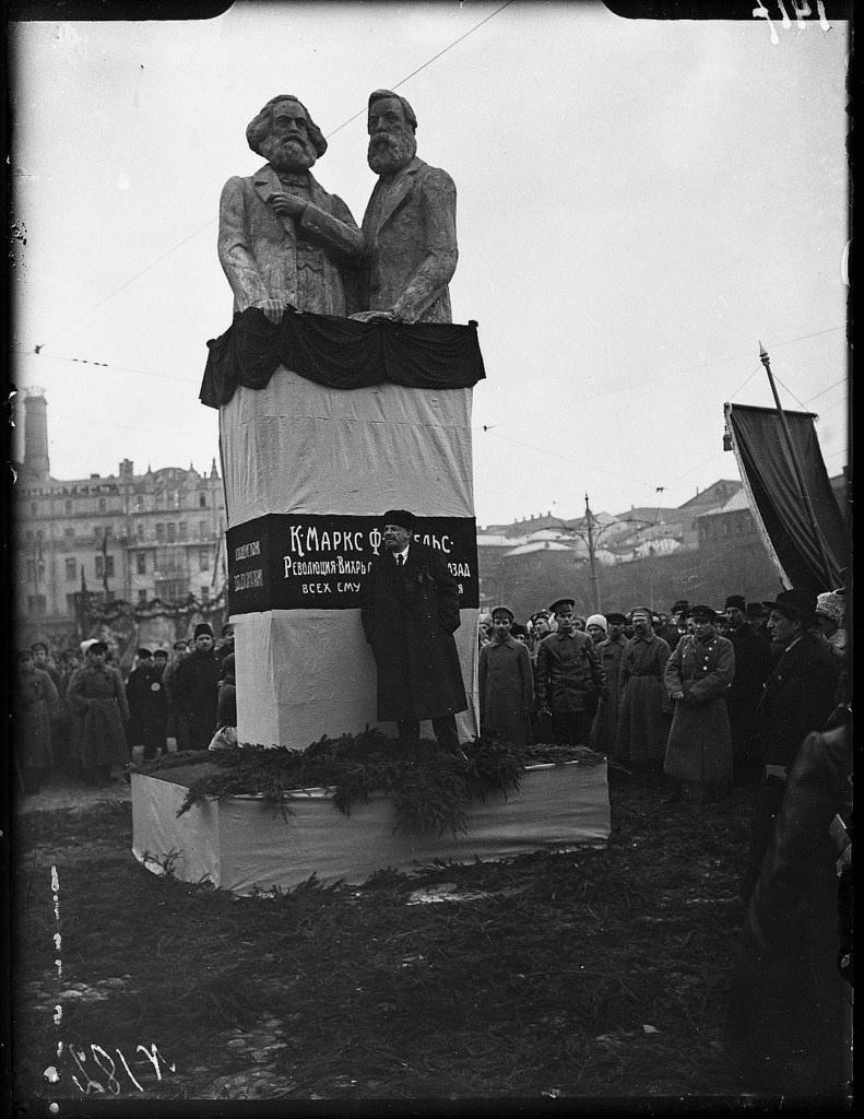 1918. 7 ноября. Ленин выступает с речью на открытии памятника К. Марксу и Ф. Энгельсу на Воскресенской площади (2)