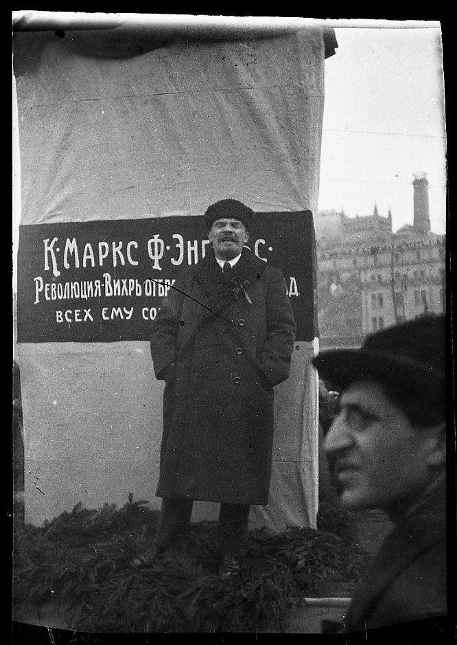 1918. 7 ноября. Ленин выступает с речью на открытии памятника К. Марксу и Ф. Энгельсу на Воскресенской площади