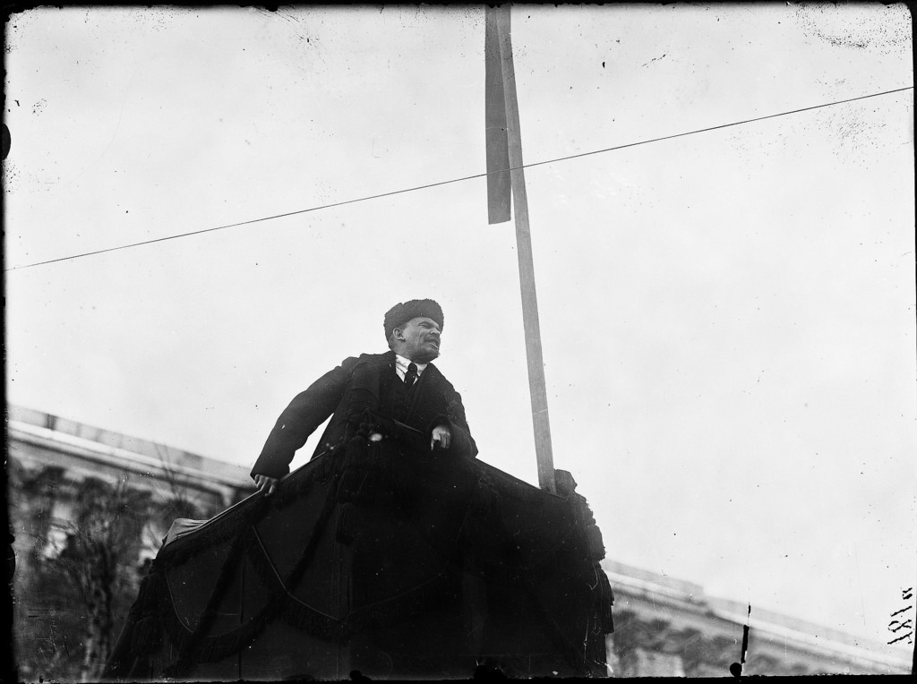 1918. 7 ноября. Ленин выступает с трибуны на Красной площади во время первых юбилейных торжеств