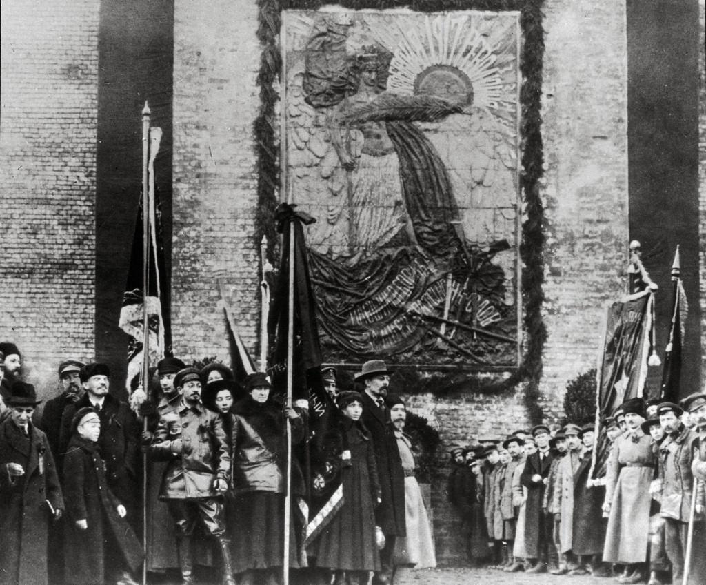 1918. 7 ноября. Ленин на открытие памятной плиты на Кремлевской стене