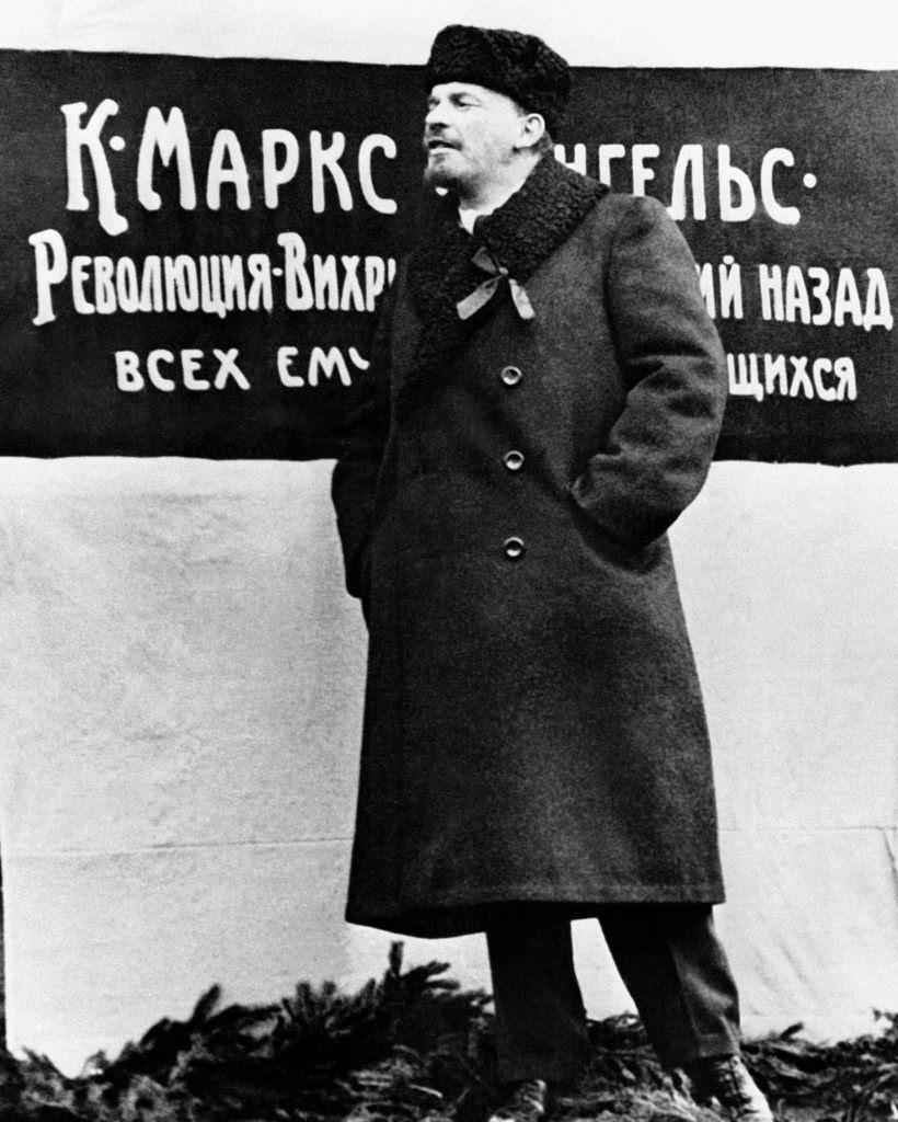 1918. 7 ноября. Ленин произносит речь на открытие памятника, посвященного Карлу Марксу и Фридриху Энгельсу