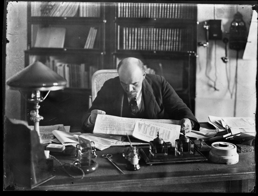 1918. 16 октября. Ленин в своем кабинете в Кремле (2)