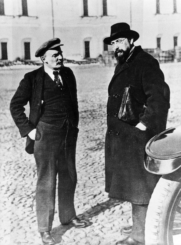 1918. Октябрь. Ленин со своим секретарем Бончем-Бруевичем во дворе Кремля