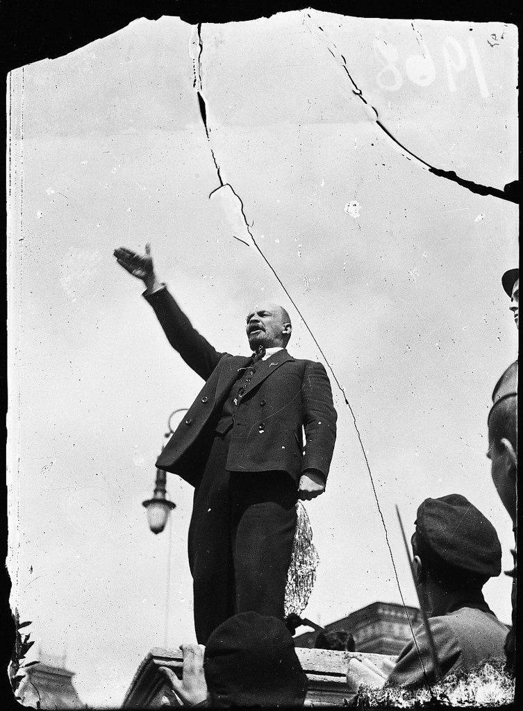1919. 1 мая.  Ленин выступает на Красной площади во время открытия памятника Степану Разину