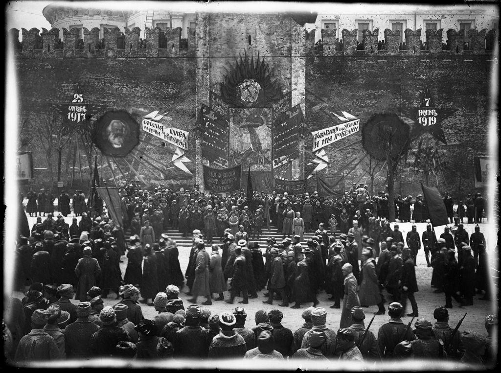 1919. 7 ноября. Ленин смотрит парад на Красной площади во время празднования 2-й годовщины Великой Октябрьской революции