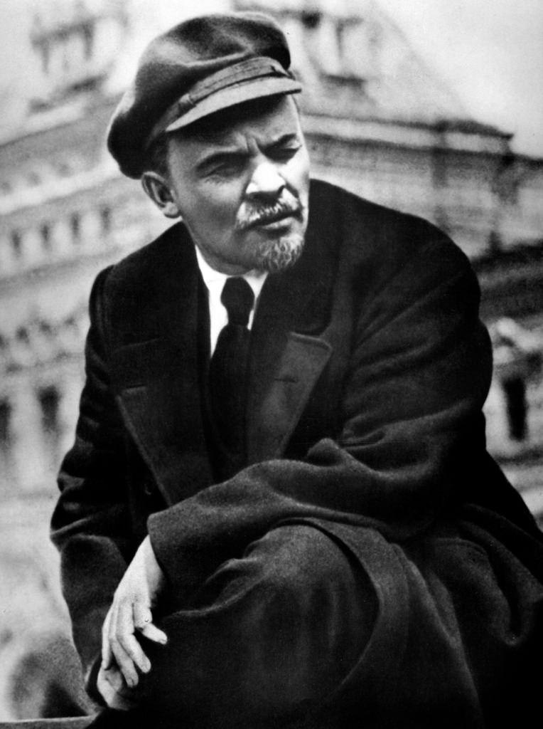 1919. 25 мая.  В.И. Ленин во время смотра частей Всевобуча