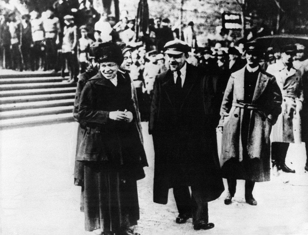 1919. 25 мая. Ленин и его сестра  во время смотра частей Всевобуча
