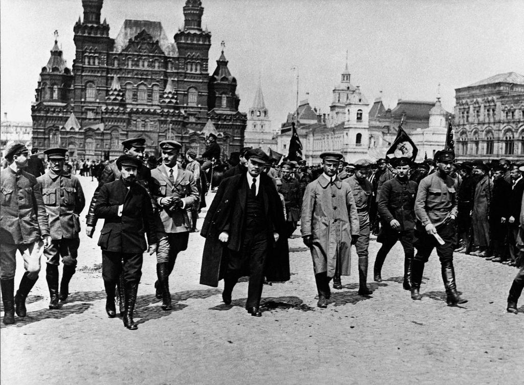 1919. 25 мая. В.И. Ленин покидает Красную площадь после смотра частей Всевобуча на Красной площади