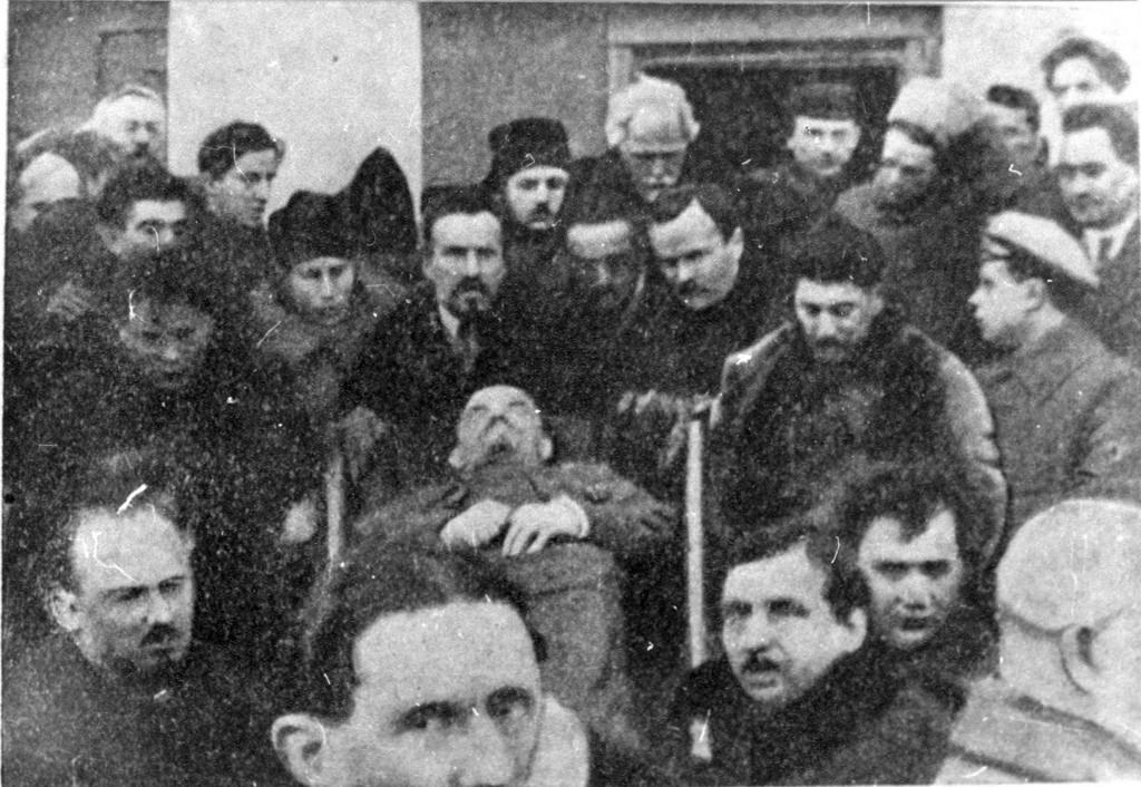 1924.  27 января. Члены ЦК, несущие гроб Ленина