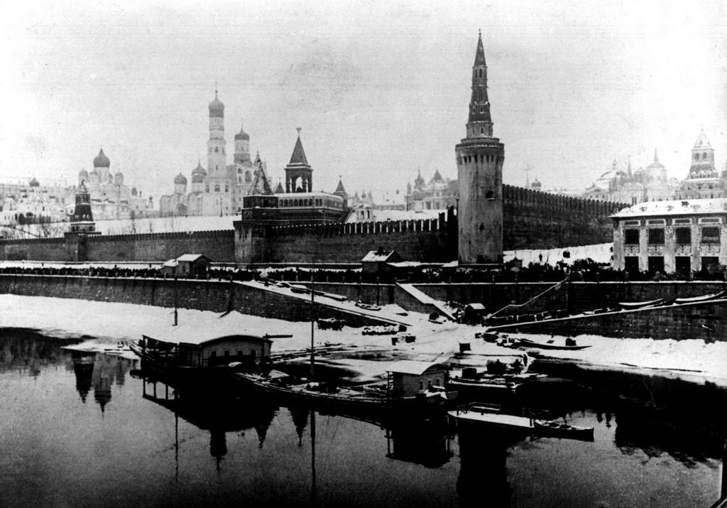 Вид на зимний Кремль и Москву-реку