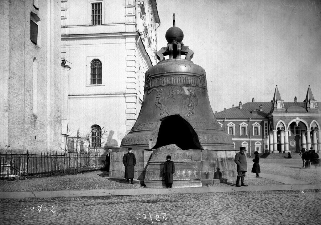 «Царь-колокол» в Кремле. 1911