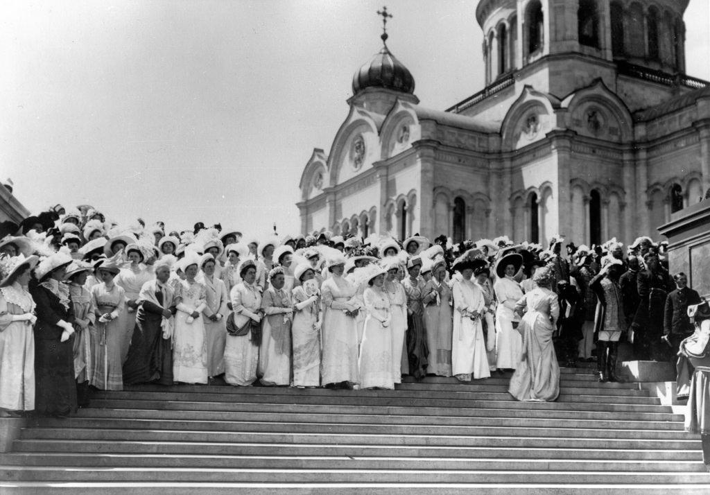 Дамы в ожидании выхода царской семьи из Храма Христа Спасителя