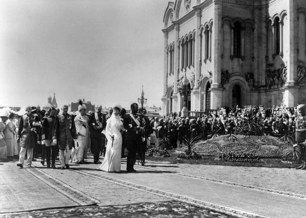 Шествие царской семьи от Храма Христа Спасителя  в день церемонии открытия памятника Александру III