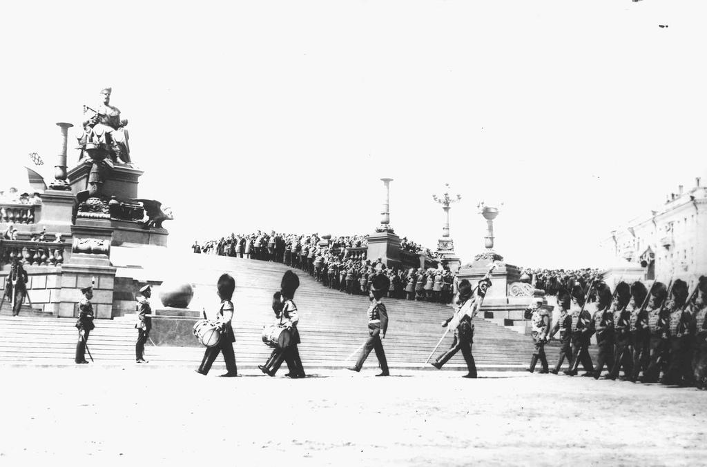 Прохождение пехоты церемониальным маршем (2)