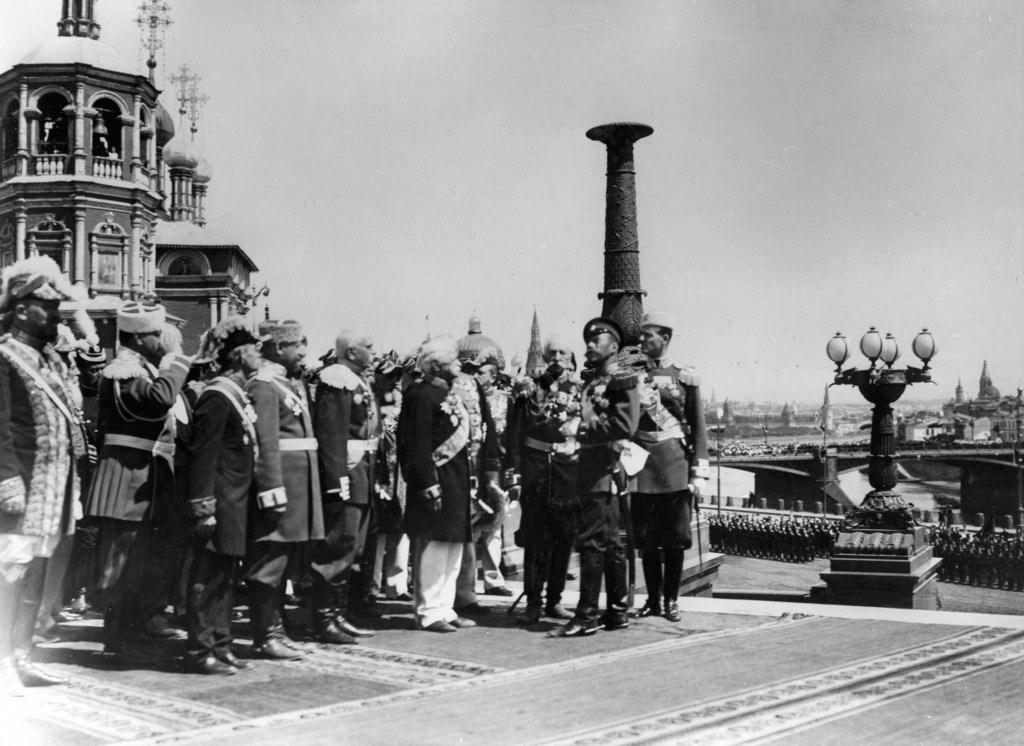 Царь Николай II и офицеры перед Храмом Христа Спасителя  в день церемонии открытия памятника Александру III