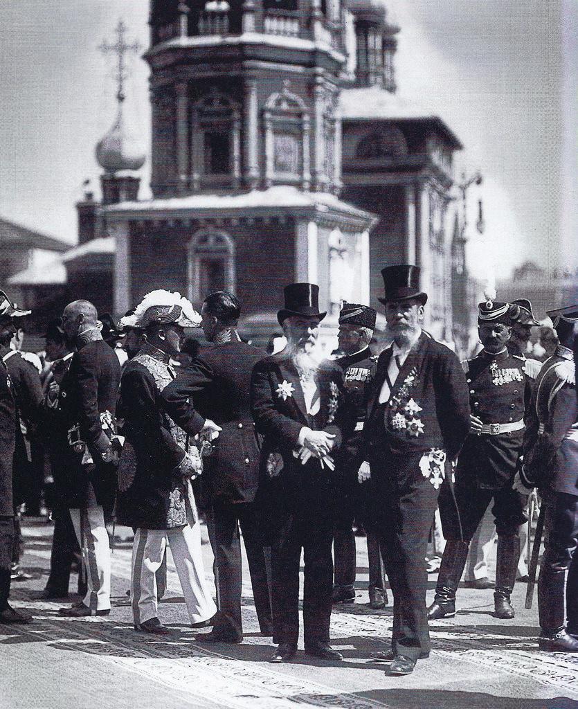 Группа придворных на церемонии открытия памятника императору Александру III