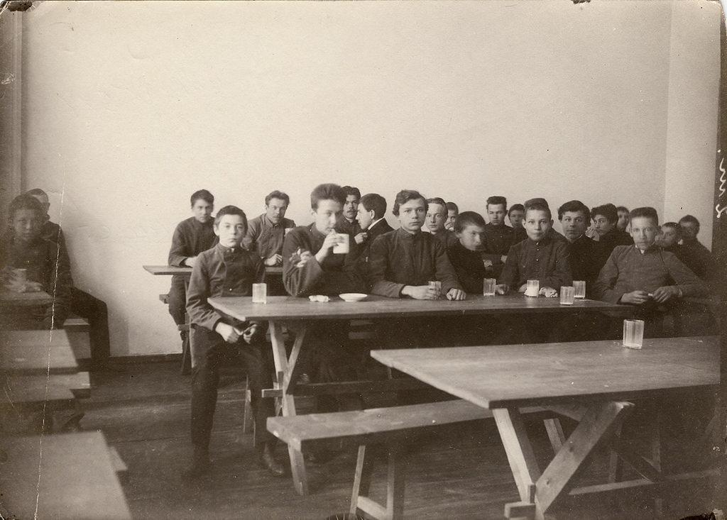 Завтрак учащихся технического  училища в столовой.1906-1907