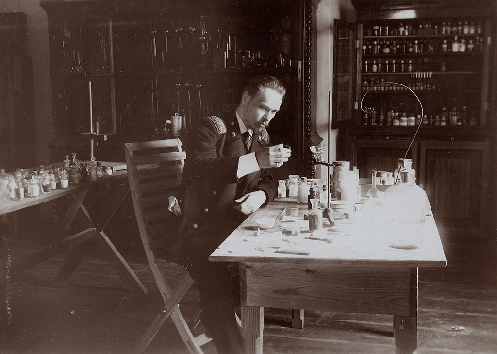 Преподаватель технического училища инженер Н.И.Иванов в кабинете химии. 1907 г.