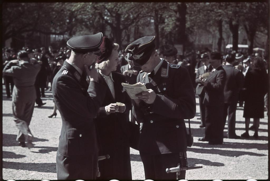 Немецкие офицеры и солдаты на ипподроме Лоншан (1)