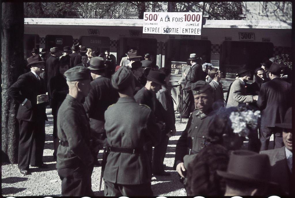 Немецкие офицеры и солдаты на ипподроме Лоншан (2)