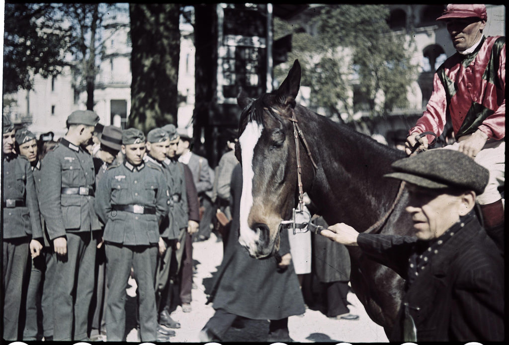 Немецкие офицеры и солдаты на ипподроме Лоншан (3)