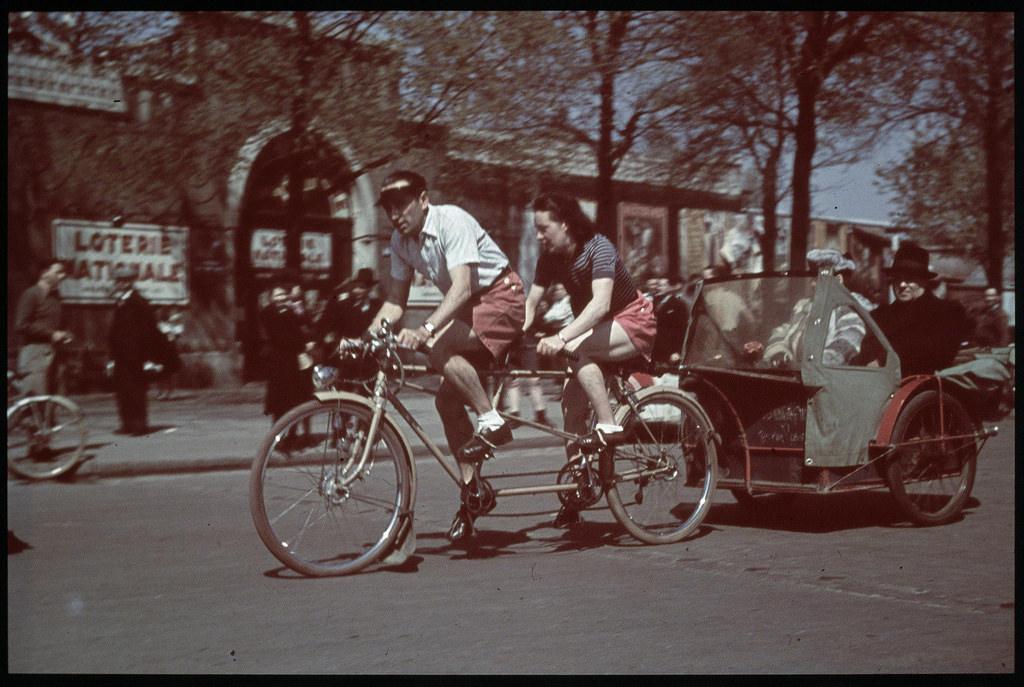 Пара в тандемном велосипедном такси