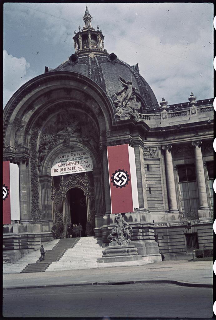Под свастикой выставка, предназначенная для немецких солдат в Гран-Пале  (1)