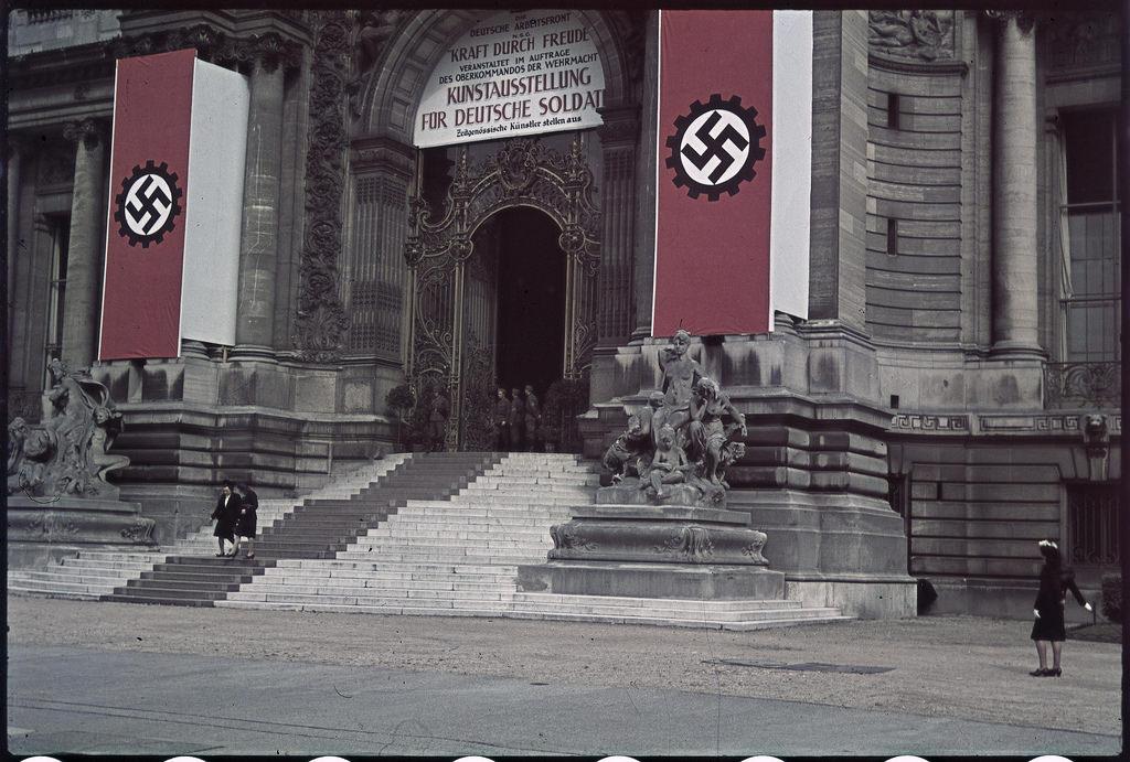 Под свастикой выставка, предназначенная для немецких солдат в Гран-Пале  (2)