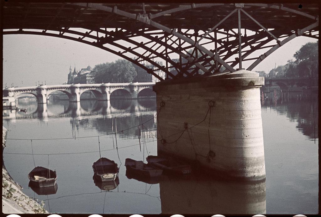 Рыбацкие лодки, пришвартованные под мостом Искусств