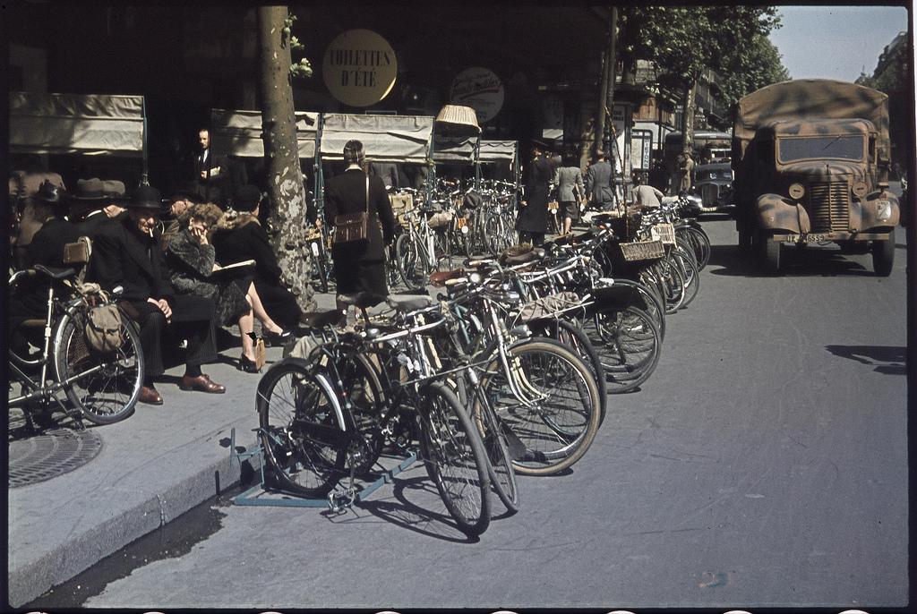 Стоянка велосипедов перед магазином «Printemps» на бульваре Османа