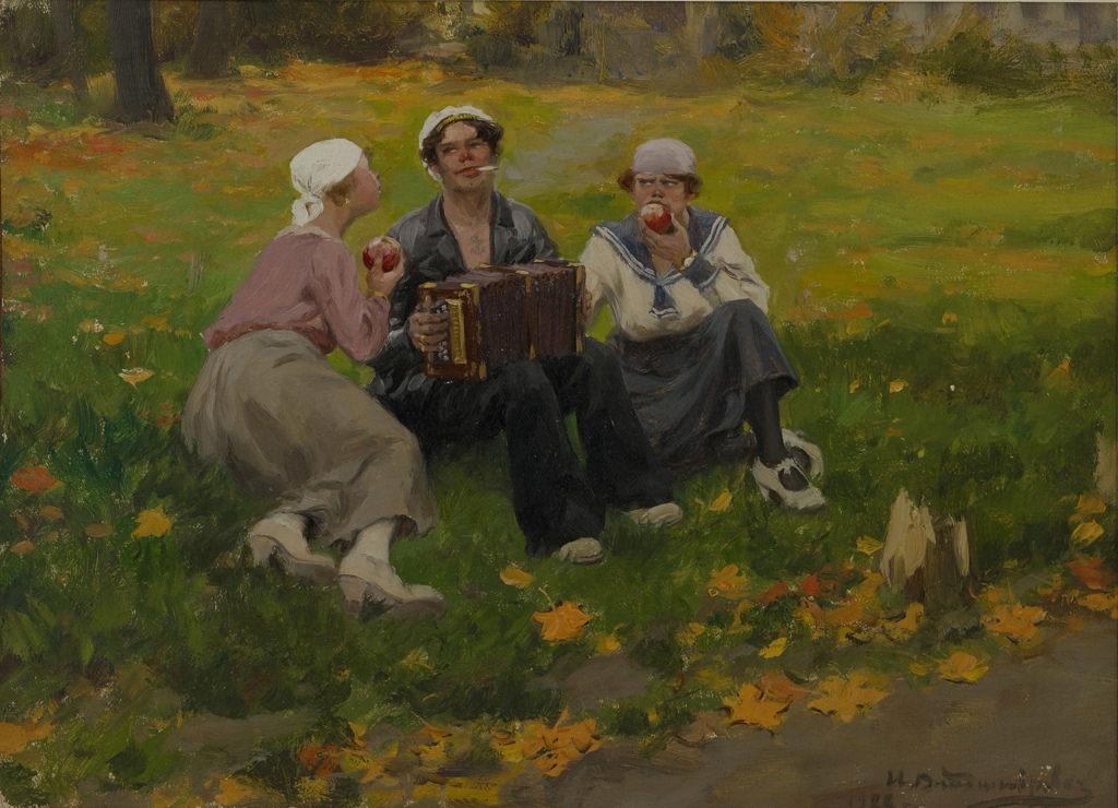 1921. Моряк с девушками на лужайке.